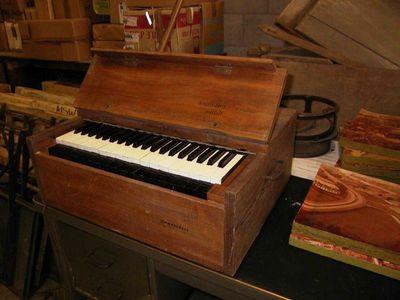 Clement Van Campenhout (1921-1997), uitvinder, Raf Deckers (°1938), ontwerper, Mark Nagels, maker, draagbaar harmonium genaamd Campendeck, jaren 1970, hout.