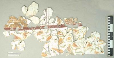 Fragmentaire muurschildering met paneeldecoratie in pleister