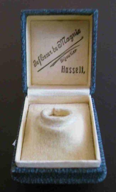 Anoniem, juwelendoosje met opschrift Jef Esser de Magnée / Bijoutier / Hasselt, s.d., karton, fluweel, satijn.