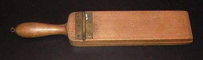 Anoniem, klepper gebruikt als muziekinstrument, s.d., hout.