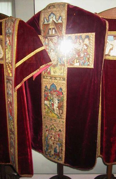Anoniem, kazuifel met calvarie en zes heiligen, eerste helft 16de eeuw, zijde en borduursel.