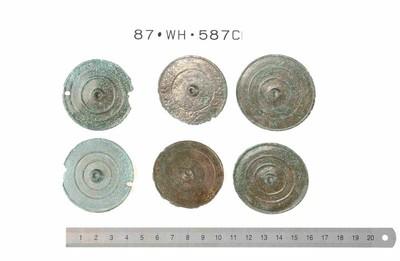 Zes volledige phalerae (paardentuig) in brons