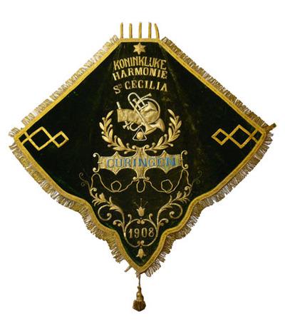 G. Lavoine, vaandel van de Koninklijke Harmonie Sint-Cecilia Curingen, 1908, lint, fluweel, metaaldraad, hout.