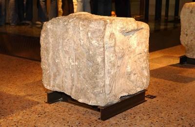 Volledige viergodensteen (sokkel) met reliëfs van Juno, Castor en Pollux in kalksteen
