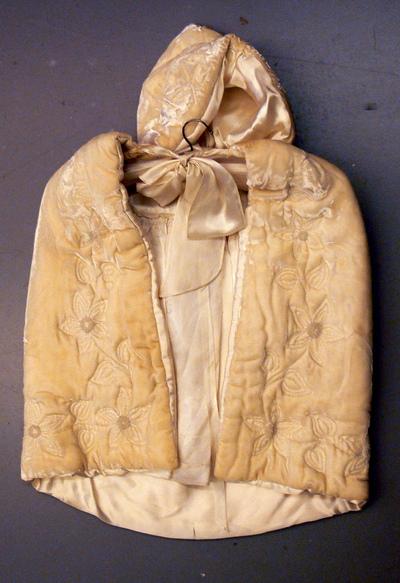 Anoniem, doopkleedje gedragen door Greta Nijst, s.d., fluweel, zijde en lint.