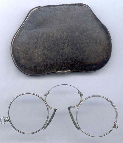 Optal, neusklembrilletje in op maat gemaakt doosje, s.d., glas, zilver, leer, velours.