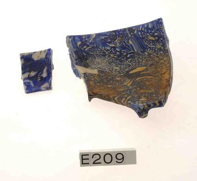 Rand- en benedenwand fragment van een geribde schaal in mozaïekglas