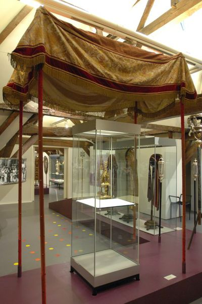Anoniem, baldakijn, 19de eeuw, stof, fluweel,zijde.