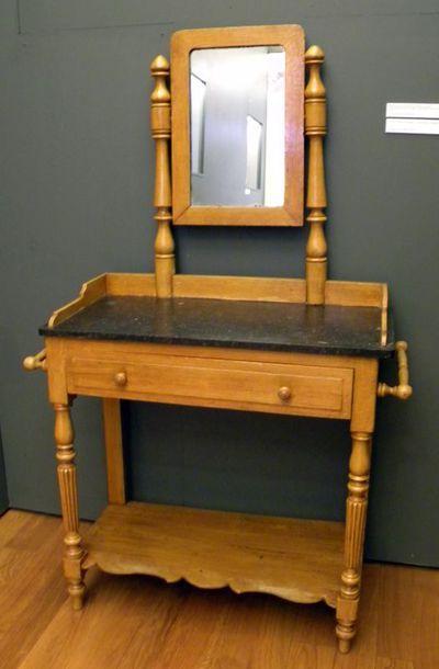 Anoniem, kaptafel met spiegel, s.d., hout, marmer, spiegelglas.