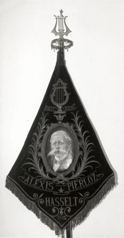 Armand Braems, vervaardiger, Leopold Brillouet, vervaardiger, vaandel van de Kunstkring Alexis Pierloz, 1922, rood fluweel, borduurwerk, gouddraad.