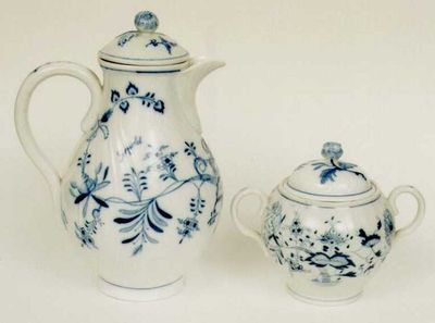 Manufacture de Porcelaine du Limbourg (1890-1893), suikerpot met bloemmoteif, 1892, wit porselein met blauwe decoratie.