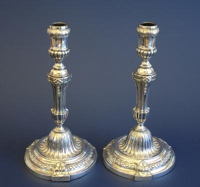 Toegeschreven aan Pierre Wodon (1736-na 1810), kandelaars, afkomstig van kasteel van Schalkhoven te Hoeselt, 1798, zilver.
