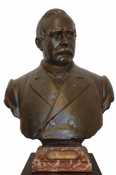 Emile Cantillon (1859-1917), Borstbeeld van Jules Nagels (1829-1890), burgemeester van de stad Hasselt van 1875 tot 1878, ca. 1905, gips, bronsverf, gemarmerd aardewerk, gegoten.