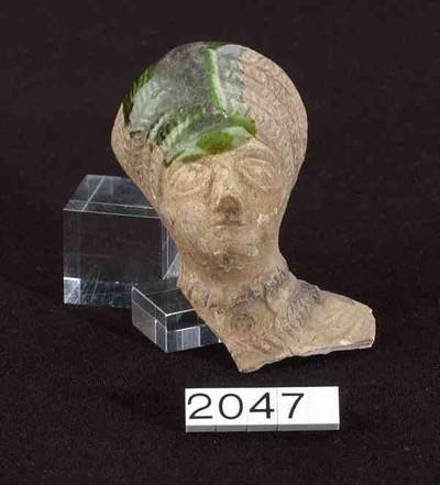 Hoofd- en basisfragment van een buste in terracotta