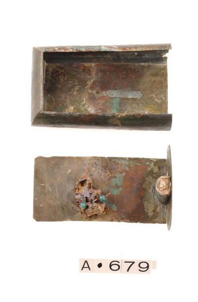 Volledig juwelendoosje met schuifdeksel en slot in brons en kettingfragment in brons en glas