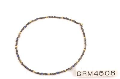 Halssnoer met 145 kralen in git (?), glas en goud