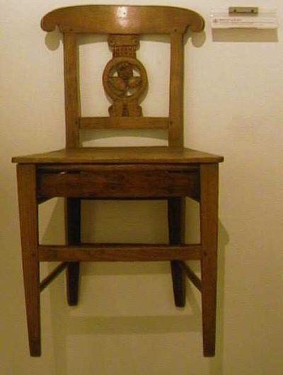 Anoniem, stoel van de rederijkerskamer De Roode Roos, 18de eeuw, eikenhout.