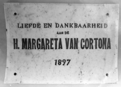 Th. Hoerée, ex-voto met tekst Liefde en dankbaarheid aan de H. Margaretha van Cortona, 1897, wit marmer.