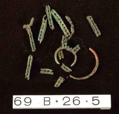 Volledige ophanging (ketting en ringen) van een aryballos in brons
