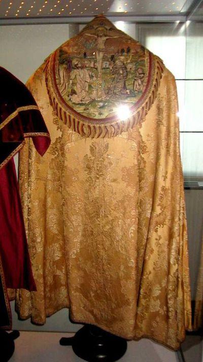 Anoniem, koorkap met Calvarie en zes heiligen, eerste helft 16de eeuw, zijde en borduursel.