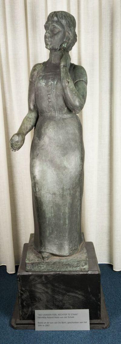 Bronzen beeld. 'De Nederlandse vrouw'.