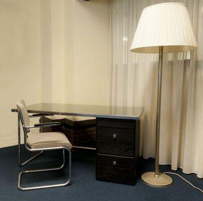 Gispen bureau, stoel en lamp van A.E. Ribbius Peletier