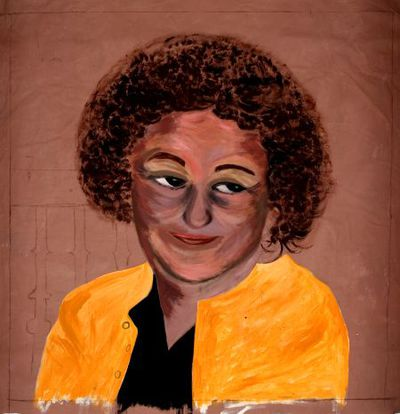 Portret. Onbekende donkere vrouw met een gele jas.