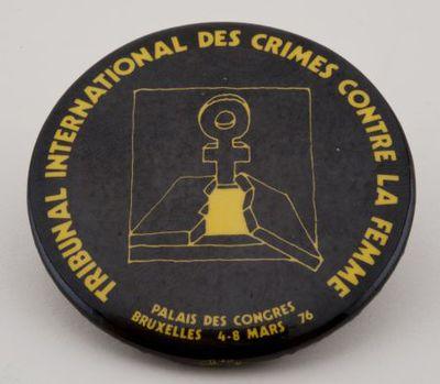 Button. 'Tribunal international des crimes contre la femme'
