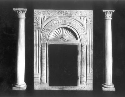 Ravenna, Battistero Neoniano, Altare a cippo e due colonnine