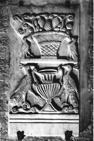Ravenna, Basilica di San Francesco, Frammento di sarcofago con pavoni