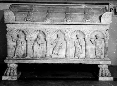Ravenna, Basilica di San Francesco, Sarcofago con cinque nicchie