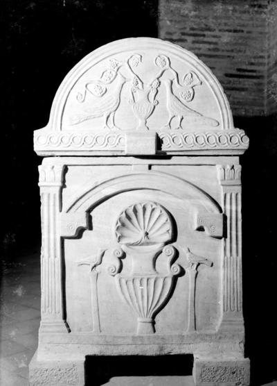 Ravenna, Basilica di Sant'Apollinare in Classe, Sarcofago a tre e quattro nicchie, fianco destro