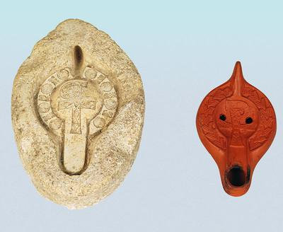Μουσείο Ιεράς Μονής Κύκκου (Κύπρος), Αριστερά: Μήτρα κατασκευής λύχνων από τη Βόρεια Αφρική (Κεντρική Τυνησία). Το πάνω τμήμα από τα δύο μέρη της μήτρας εικονίζει στο μέσο Χριστόγραμμα. Δεξιά: Ερυθρός λύχνος από την Τυνησία με ανάγλυφη διακόσμηση παραλλαγής Χριστογράμματος στο ρηχό κύλωμα. (Δ 221, Δ 225)