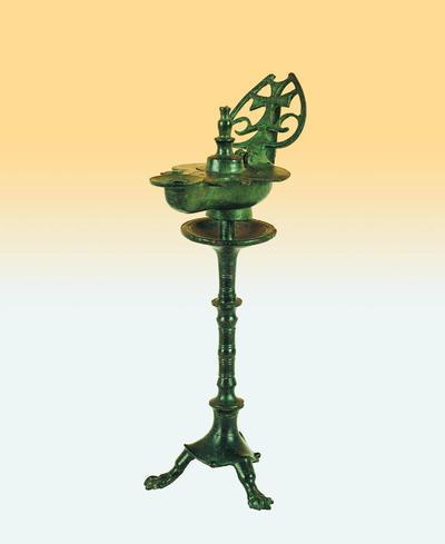 Μουσείο Ιεράς Μονής Κύκκου (Κύπρος): Ορειχάλκινος λυχνοστάτης με λύχνο του οποίου η λαβή φέρει σταυρό εγγεγραμμένο σε καρδιόσχημο διάτρητο φύλλο (Δ 109)