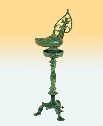 Μουσείο Ιεράς Μονής Κύκκου (Κύπρος): Λυχνοστάτης με λύχνο του οποίου η λαβή φέρει σταυρό εγγεγραμμένο σε καρδιόσχημο διάτρητο φύλλο (Δ 109)
