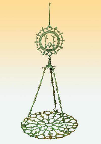 Μουσείο Ιεράς Μονής Κύκκου (Κύπρος): Κρεμαστό ορειχάλκινο παλαιοχριστιανικό πολυκάντηλο αποτελούμενο από δίσκο με σταυρούς, στο μέσο σχηματοποιημένο ρόδακα και θέσεις για δέκα καντήλια (εννέα στην περιφέρεια και ένα στο μέσο). Το πολυκάντηλο είναι αναρτημένο από κύκλο με εγγεγραμμένο μονόγραμμα. (Δ 1151)