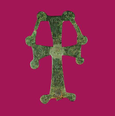 Μουσείο Ιεράς Μονής Κύκκου (Κύπρος): Ορειχάλκινος σταυρός ευλογίας με πεπλατυσμένες κεραίες που φέρουν στις άκρες επίμηλα. Στο άνω μέρος οι οριζόντιες κεραίες ενώνονται με ταινία με την κάθετη. (Δ 159)