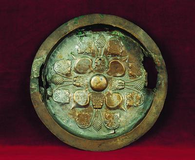 Μουσείο Ιεράς Μονής Κύκκου (Κύπρος): Ορειχάλκινος δίσκος αντιδώρου. Φέρει έξεργη διακόσμηση με συμμετρική διάταξη από καρπούς, αποτρόπαιες μάσκες και φύλλα αμπέλου (Σ 1207)