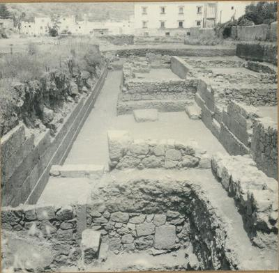 Lipari. Contrada Diana. La strada di circonvallazione interna fra le mura ureiche del IV sec. a. C. e la parte delle case romane del II sec. d. C.