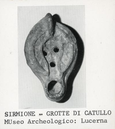 Sirmione - grotte di Catullo. Museo Archeologico: lucerna