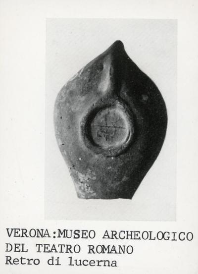 Verona, Museo archeologico del teatro romano: retro di lucerna