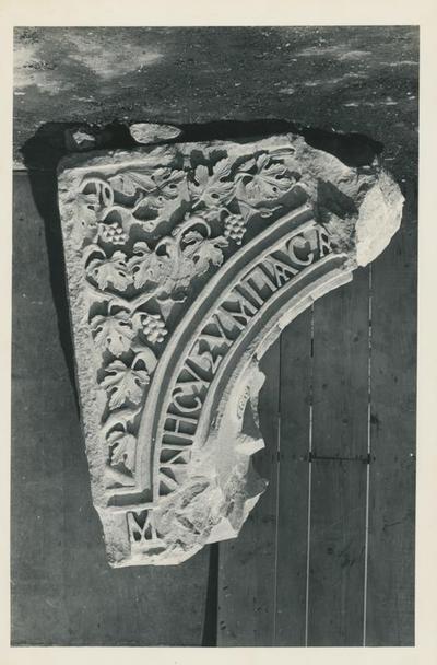 Istanbul: S. Polieucto. Frammento di arco con iscrizione e decorazione