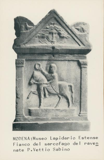 Modena: Museo Lapidario Estense: Fianco del sarcofago del ravennate P. Vettio Sabino