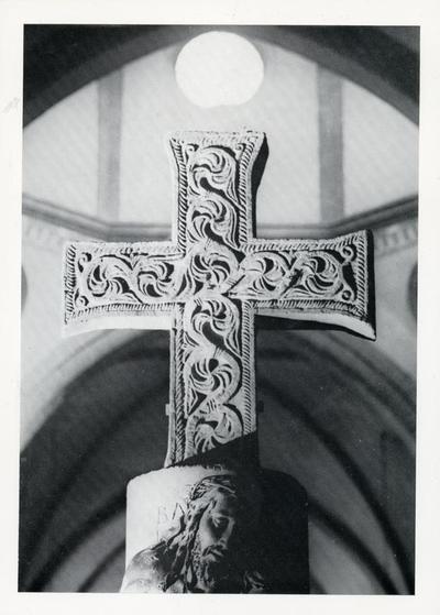 Bologna: Chiesa di S. Giovanni in Monte. Croce marmorea