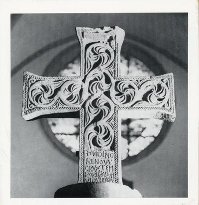 Bologna: Chiesa di S. Giovanni in Monte. Croce marmorea con iscrizione relativa a S: Vitale