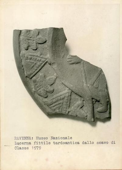 Ravenna: Museo Nazionale. Lucerna fittile degli scavi di Classe 1979