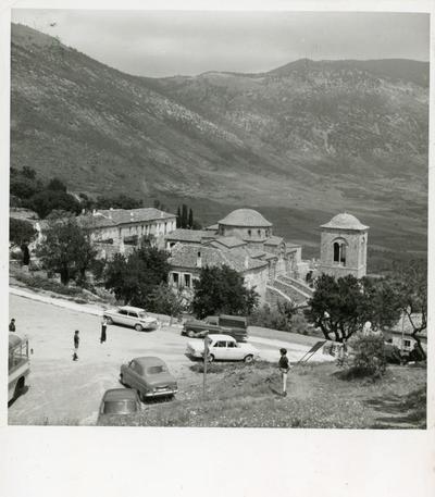 S. Luca di Focide (Grecia).  Vista sud del monastero. Sul fondo il Parnaso