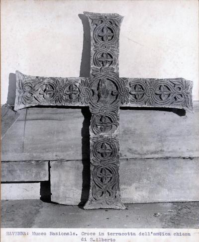 Ravenna: Museo Nazionale. Croce in terracotta dell'antica chiesa di Sant'Alberto