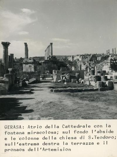 Gerasa. Atrio della Cattedrale con la fontana miracolosa, sul fondo l'abside e le colonne della chiesa di S. Teodoro; sull'estrema destra la terrazza e il pronaos dell'Artemison