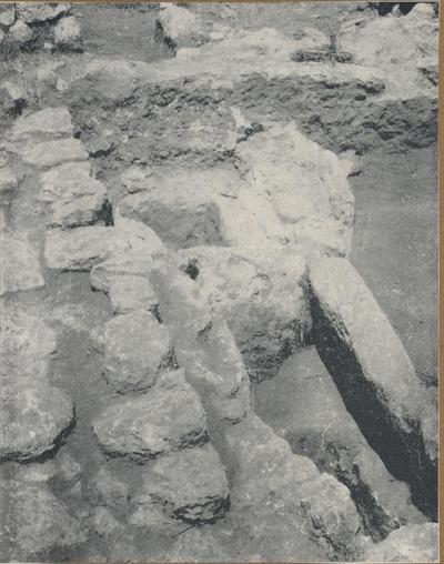 S. Croce Camarina: basilica bizantina della Pirrera. Le tombe riscontrate a ridosso della parete dell'esonartece